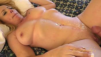 Полная абитуриентка с шикарными сиськами мастурбирует мохнатую пилотку на кроватки