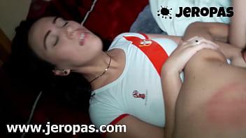 Молодая девушка, очень глубоко принимает фаллос в задница