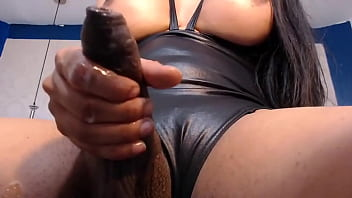 Девушка с синими волосиками насаживается задницей на огромный дилдо