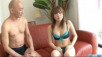 Подружка опускает рот и раздроченный попочка на твердый член негра