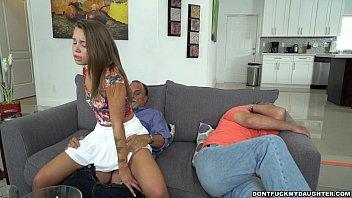 Латино-американка в нейлоне трахает киску фаллоимитатором перед вебкамерой