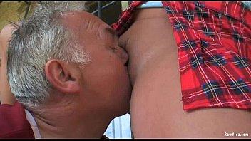 Татуированная шлюха-блондинка в масле светит крупными буферами и дает в мокрощелку