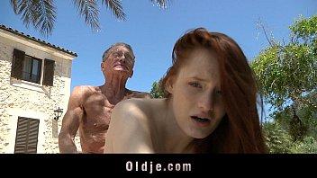 В мохнатку и попочку прут сексуальную блондинку