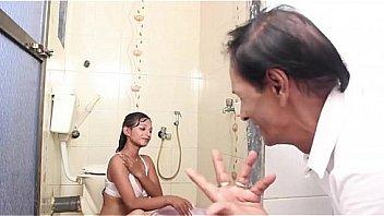 Муж наблюдает через оптический прицел, как его супругу пялит африканец. Порешить нахуй обоих! !!