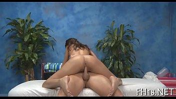 На диване в студии девчушка занялась порно