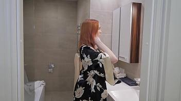 Женщина с голой титькой приняла решение показать на камеру волосы на лобке