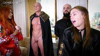 Восхитительная пышечка мастурбирует свой анал с помощью секс игрушечки
