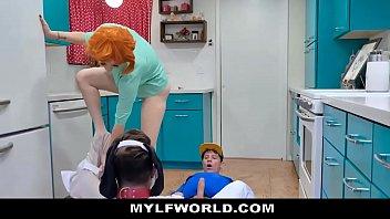 Сочные бабы ебутся с массажистами в групповухе