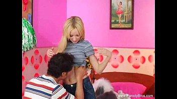 Русский парень дал длинноволосой девчонке на клык и вдул ей в манду до кремпая