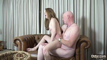 Любовник интенсивно сношает стройную блондинку-шлюху огромным членом