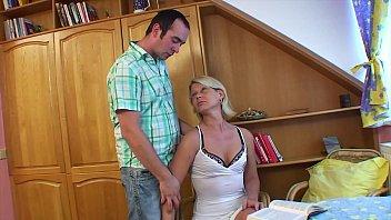 Студентка сосет крупный хуй одногруппника в общежитии